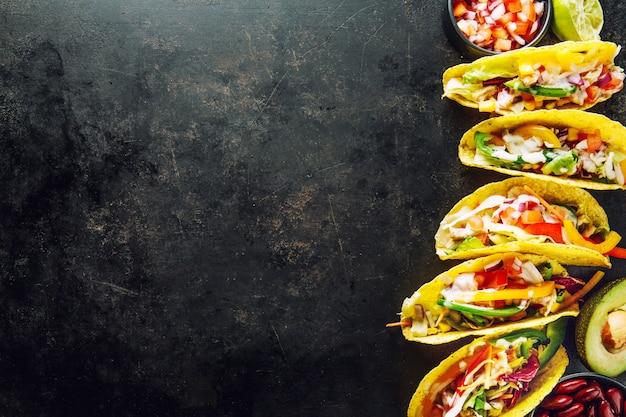 おいしい食欲をそそるタコスと野菜 Premium写真