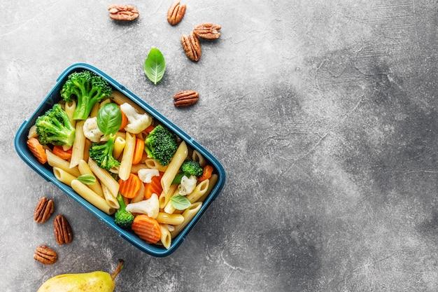 野菜と一緒に箱で出されるヘルシーなランチ 無料写真