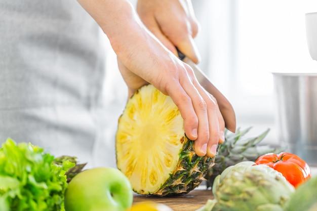 健康的な食品を調理する若い男シェフ 無料写真