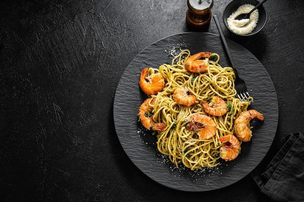 ペストとエビのスパゲッティパスタ Premium写真