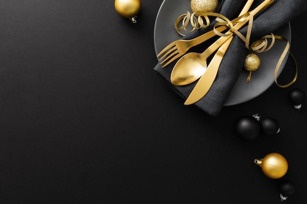 クリスマスディナーのプレートに金カトラリー Premium写真