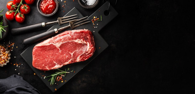 グリル鍋に生の牛肉ステーキ Premium写真