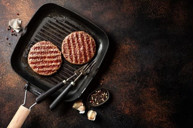 Жареное мясо гамбургера на гриле Premium Фотографии