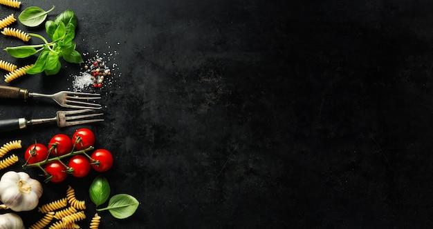 Итальянская еда с ингредиентами Premium Фотографии