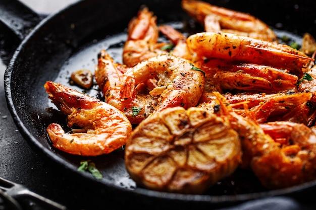 Жареные креветки на сковороде Premium Фотографии