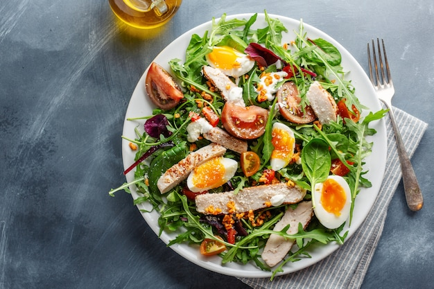 七面鳥、卵、野菜のサラダ 無料写真