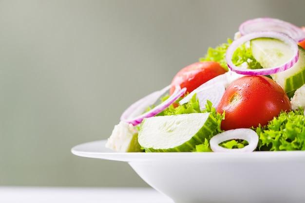 白色板上のサラダ 無料写真