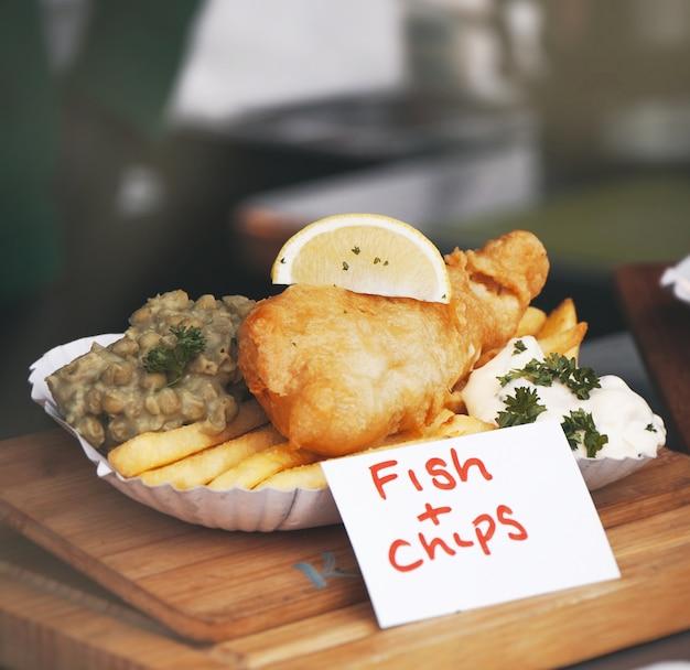 フライドポテトと魚の切り身 無料写真