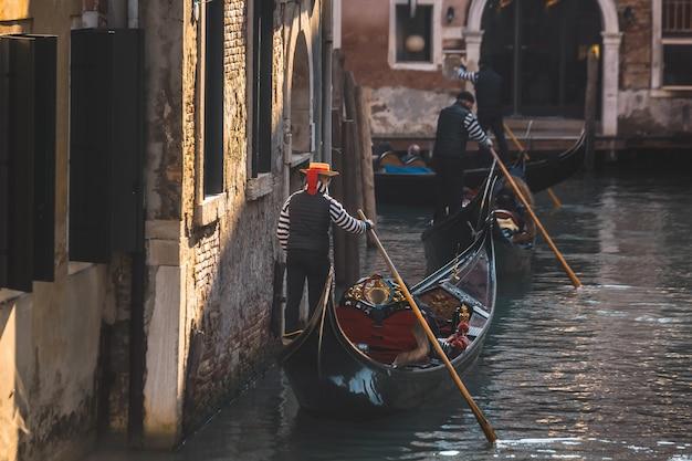 Гондольер в венеции Premium Фотографии