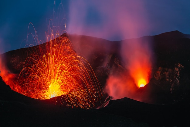 Стромболи действующий вулкан Premium Фотографии