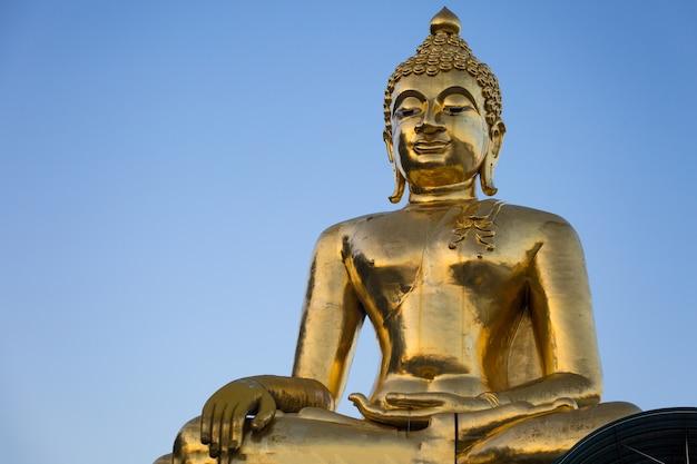 巨大な黄金の仏像 Premium写真