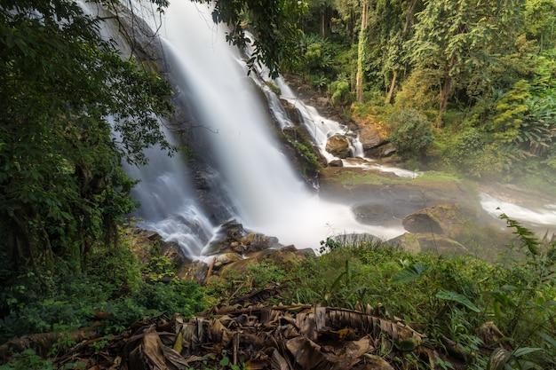 タイの美しい滝 Premium写真