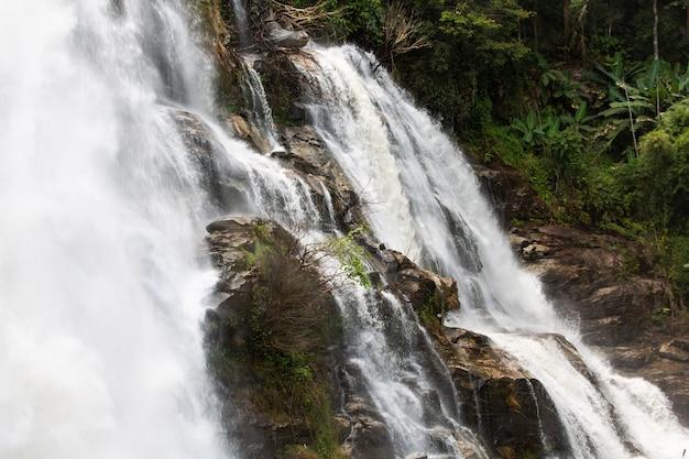 ワチラタンの美しい滝 Premium写真