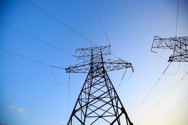送電塔の高電圧を調べる Premium写真