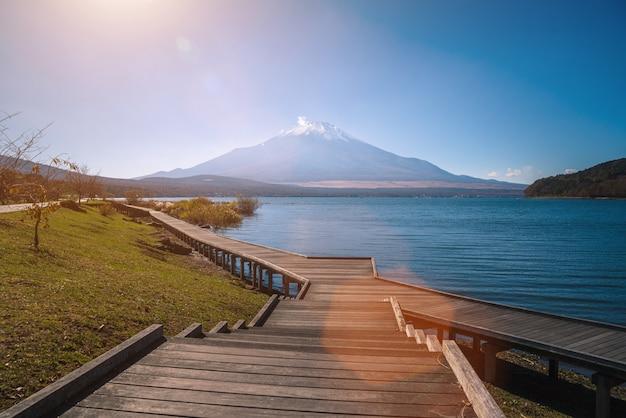 山梨県の山中湖の秋の木の通路と富士山の風景画像。 Premium写真