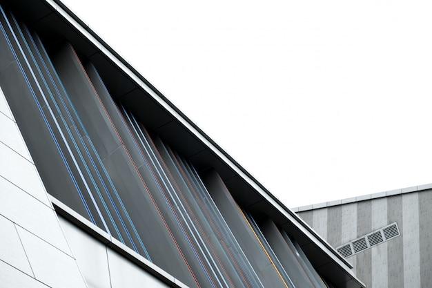 都市の近代的な建物の屋根セクション 無料写真