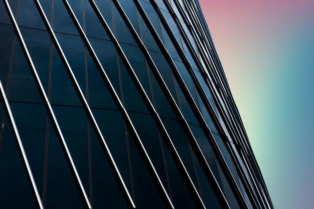 窓がいっぱいのモダンな建物をクローズアップ 無料写真