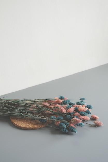 ピンクとブルーの花びらの花のアレンジメント 無料写真