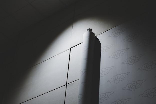 人工光に照らされた壁紙のロール 無料写真