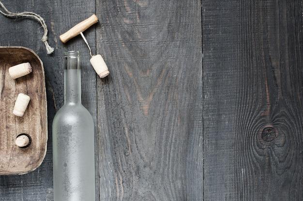 空のワインのボトルとアクセサリー Premium写真