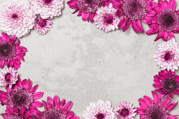花で飾られた灰色のテクスチャ背景 Premium写真