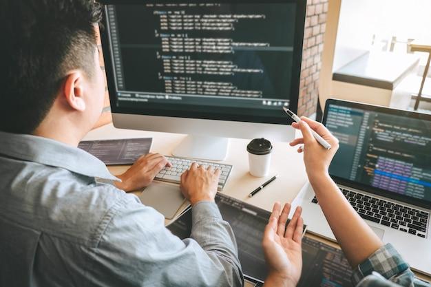 Команда профессионального разработчика-программиста, встреча с коллегами, мозговой штурм и программирование на веб-сайте, работающие в области программного обеспечения и технологии кодирования, написания кодов и базы данных. Premium Фотографии