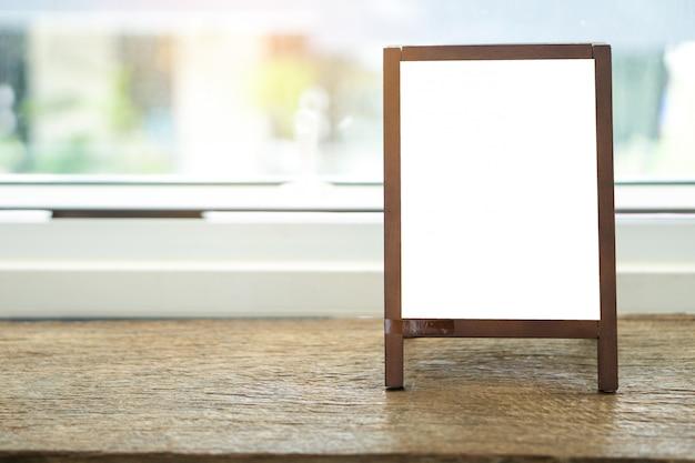 テーブルの上にイーゼル立って空白の広告ホワイトボード Premium写真