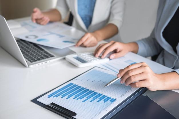 エグゼクティブビジネス女性チーム会議会議計画投資プロジェクト作業の会議でブレーンストーミングとパートナー、財務、会計との会話を作るビジネスの戦略 Premium写真