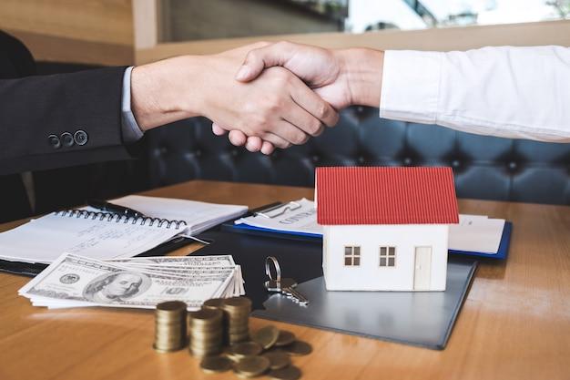 成功した取引のイメージ、ブローカーとクライアントが契約に署名した後に握手する Premium写真
