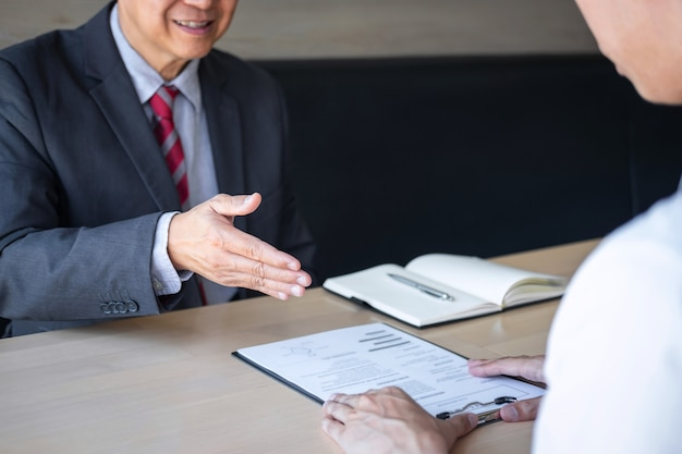 Рекрутер проводит чтение резюме во время разговора о его профиле кандидата Premium Фотографии