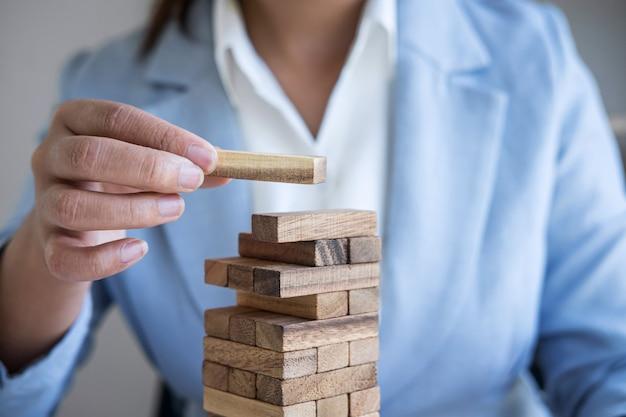 ビジネスの代替リスクと戦略、インテリジェントビジネス女性のギャンブルの手 Premium写真