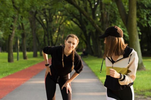Молодая девушка, бегая в парке, заболела, ей нужен отдых. Premium Фотографии