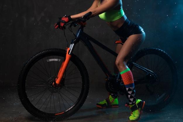 自転車のショートパンツの若いセクシーな女の子。 Premium写真