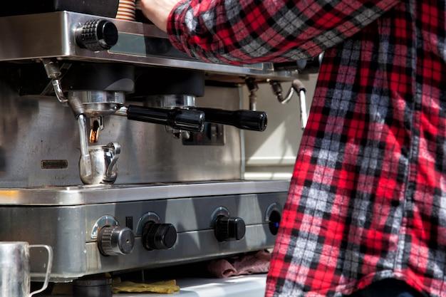 Бармен готовит кофе, капучино, какао, напитки в баре. работа бармена. Premium Фотографии