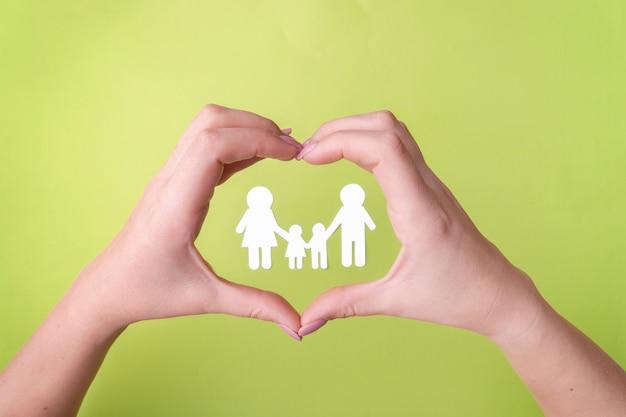 健康を保護する友好的な家族、白書の家族の象徴。 Premium写真