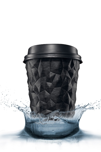 キャップ付きのテクスチャ加工されたコーヒージオメトリのカップは、白い分離水しぶきの上に黒です。 Premium写真