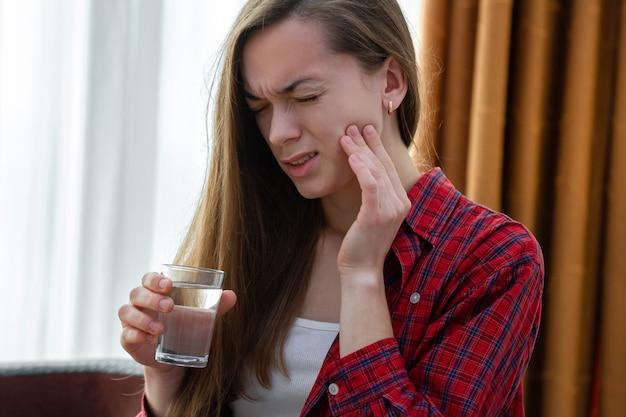 若い女性の苦しみと強い痛む歯痛を経験 Premium写真