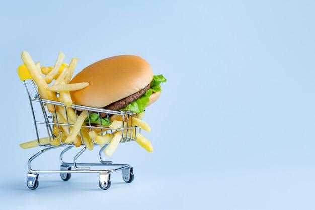 Концепция питания. картофель фри и гамбургер на закуску. нежелательная, плохая и нездоровая еда. копировать пространство Premium Фотографии