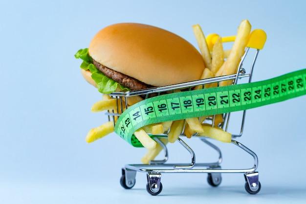 食べ物と食事のコンセプト。栄養と体重のモニタリング。炭水化物食品とファーストフードの制限。ダイエットする Premium写真