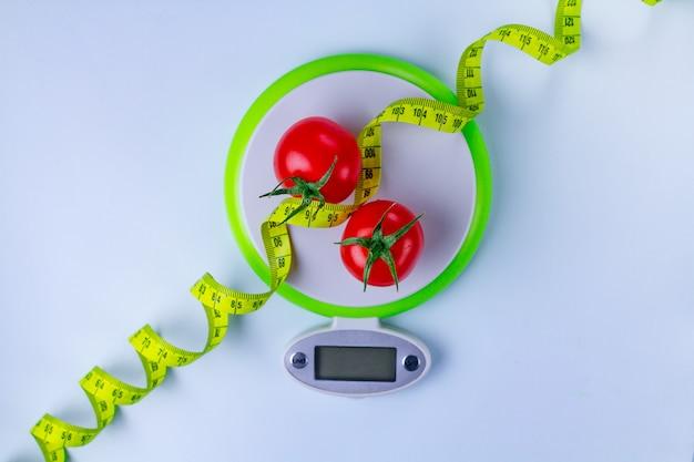 ダイエットのコンセプト。適切な栄養と体重減少。細身のために新鮮な熟した野菜を食べる。スリミングと健康食品。 Premium写真
