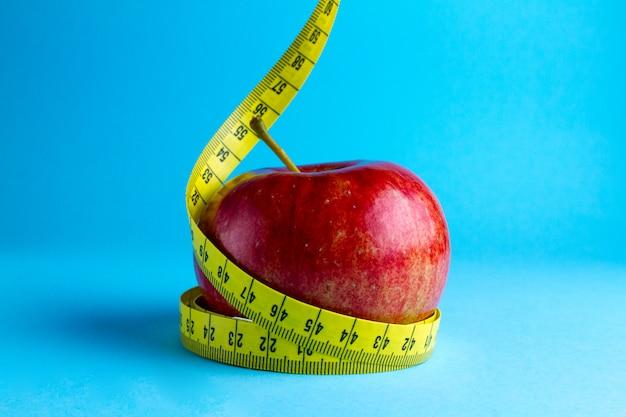 黄色の測定テープとリンゴ Premium写真