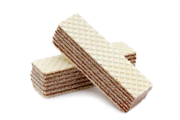 白い背景で隔離されたカリカリ、チョコレートナッツのウェーハ Premium写真