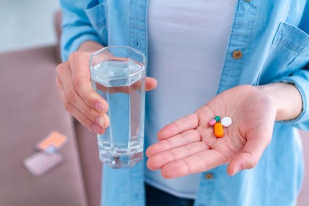 Витамины и таблетки для хорошего самочувствия и лечения заболеваний. принимать таблетки Premium Фотографии