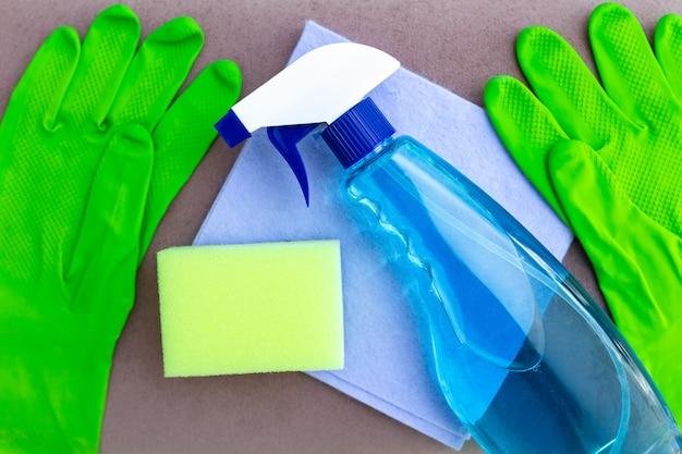 Чистящие средства и чистящие средства для мытья мебели в комнате дома. домашнее хозяйство и домашние дела Premium Фотографии