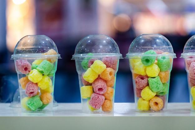 Жевательные конфеты и мармелад в чашке в баре Premium Фотографии