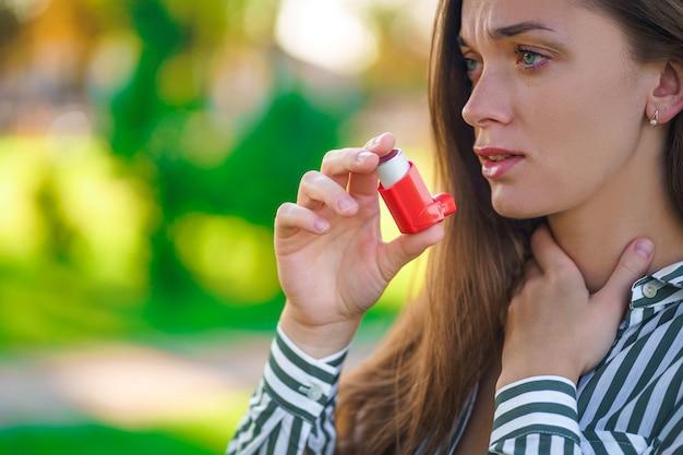 喘息発作および窒息による吸入器を使用した屋外喘息 Premium写真