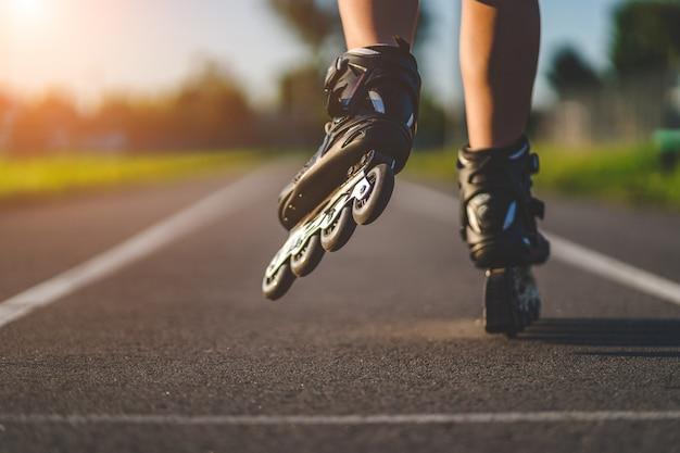 インラインスケート屋外でのローラースケート。アクティブなライフスタイル。ローラーブレード Premium写真