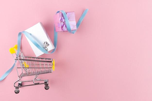Корзина и подарки. торговая концепция. скидки и распродажи. купить подарки и товары. Premium Фотографии