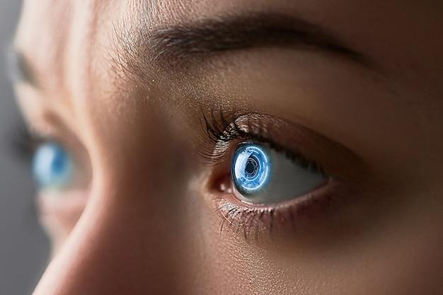 女性の目は、デジタルおよび生体認証インプラントを備えたスマートコンタクトレンズでクローズアップ Premium写真