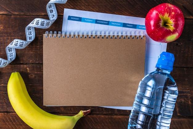 スポーツトレーニングとダイエットのプログラムを作成し、計画します。動機。スポーツとダイエットのコンセプト。スポーツと健康的なライフスタイル。 Premium写真